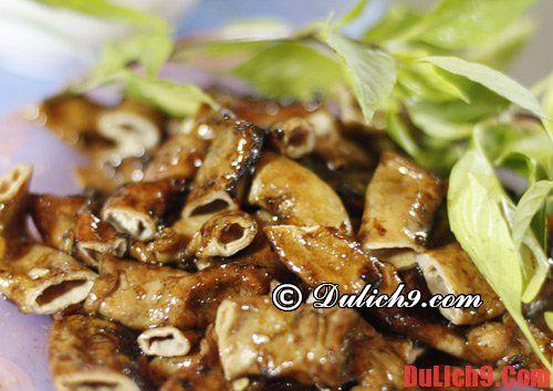 Lòng nướng phố Gầm Cầu món ăn vặt nổi tiếng: Những quán ăn vặt nào ngon, giá rẻ ở Hà Nội?