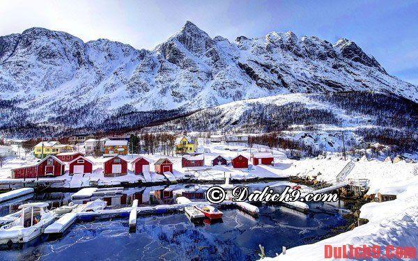 Du lịch mùa đông tại làng chài Reine, Nauy.