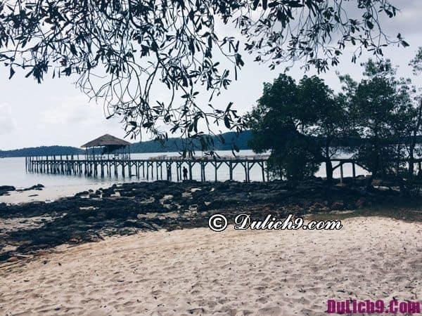 Đảo có 2 mặt biển cát trắng tuyệt đẹp, một là phía vịnh Saceren và nơi còn lại là bãi biển Robinson.