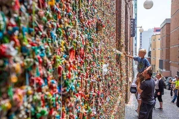 Kỳ lạ bức tường đầy bã kẹo ở Mỹ lại trở thành điểm tham quan hút du khách