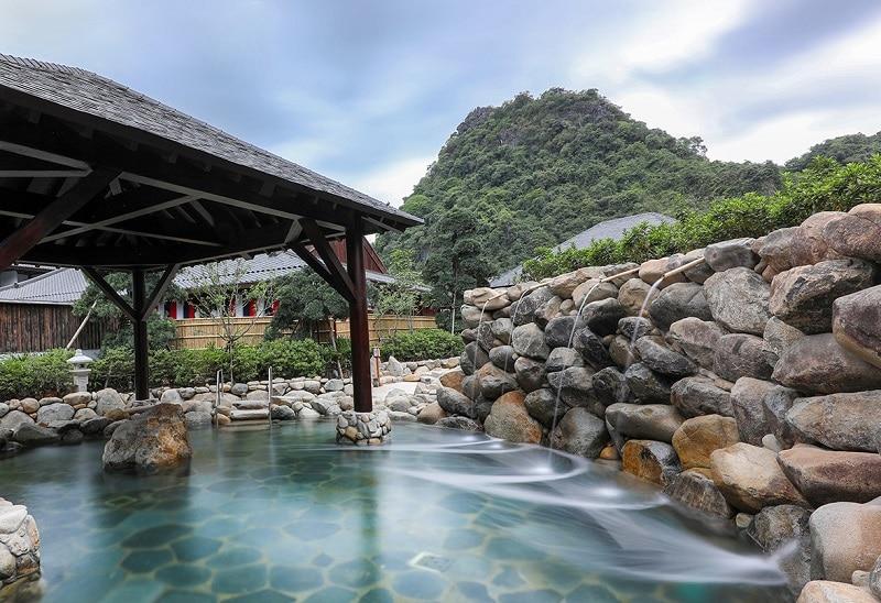 Review suối khoáng nóng Quang Hanh, bể tắm đá